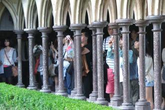 Turistas en el claustro