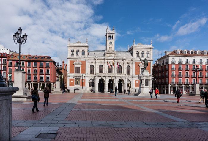 Plaza Mayor de Valladolid con el ayuntamiento al fondo